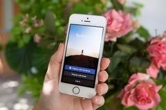 举行与Instagram的妇女iPhone 5S在屏幕上 库存照片
