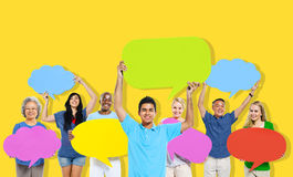 举行五颜六色的讲话的变化人起泡概念 免版税库存图片