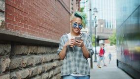 举行亚裔行家的慢动作走使用智能手机和去咖啡 股票视频