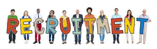 举行信件补充的不同种族的人 免版税库存图片