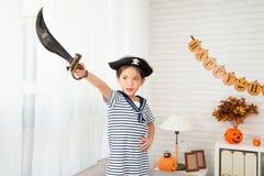 举行刀子目标的海盗女孩对她的方向 免版税库存照片