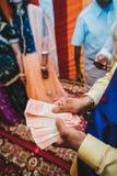 举行印度卢比笔记接近的人 免版税库存照片