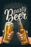 举行和叮当响与啤酒杯和瓶的两只手 库存例证