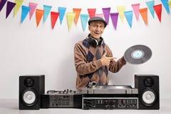 举行唱片和指向的老DJ 库存图片
