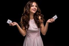 举行啤牌卡片的赢取的组合可爱的少妇 免版税库存图片