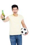 举行啤酒瓶和橄榄球的爱好者 免版税图库摄影