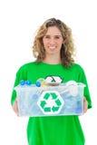 举行回收的微笑的活动家箱子 库存照片