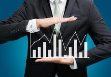 举行图表财务的商人常设姿势手 图库摄影