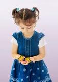 举行在一只大蝴蝶的手上的小女孩 库存照片