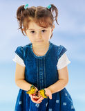 举行在一只大蝴蝶的手上的小女孩 免版税库存照片