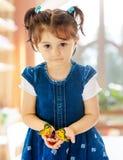 举行在一只大蝴蝶的手上的小女孩 免版税库存图片