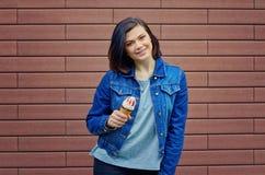 举行在与r的手鲜美冰淇凌的微笑的白种人女孩 免版税库存图片