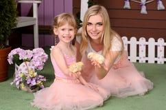 举行在他的手鸡的妈妈和女儿 免版税库存照片