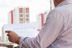 举行在手上的一个建筑工人人计划 库存图片