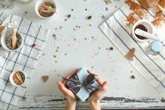 举行在手与最高荣誉的圣诞节礼物的妇女 节假日概念 顶视图 库存照片