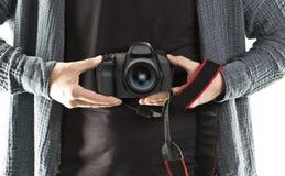 人举行DSLR照相机 免版税库存照片