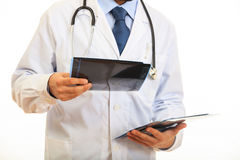 举行在白色背景的医生一个早期胸部肿瘤X射线测定法 免版税库存图片