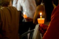 举行在黑暗的寻找的希望的人特写镜头蜡烛守夜 库存照片
