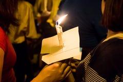 举行在黑暗寻找的希望,崇拜, p的人们蜡烛守夜 库存图片