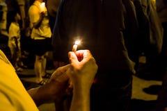 举行在黑暗寻找的希望,崇拜, p的人们蜡烛守夜 免版税库存图片