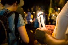举行在黑暗寻找的希望,崇拜, p的人们蜡烛守夜 免版税图库摄影