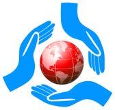举行地球关心商标的手 免版税库存图片