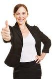 举行她的赞许的愉快的女实业家 免版税库存照片