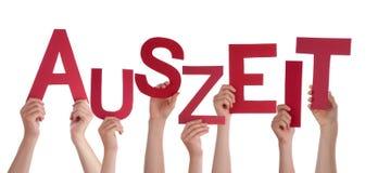 举行德国词Auszeit平均停工期的许多人民 免版税库存图片