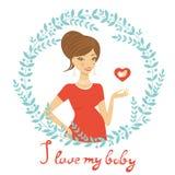 举行心脏形状的美丽的妈妈 免版税图库摄影