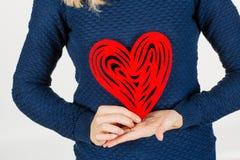 举行心脏情人节标志的女孩 心脏 背景爱红色玫瑰色符号白色 Iso 图库摄影