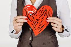 举行心脏情人节标志的女孩 心脏 背景爱红色玫瑰色符号白色 Iso 免版税库存照片