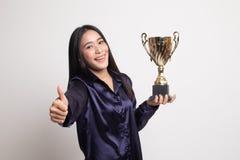 举行战利品展示赞许的成功的年轻亚裔妇女 库存照片