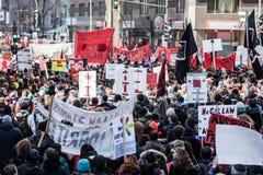 举行所有标志、旗子和招贴的抗议者在街道 库存照片