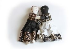 举行手概念种族和谐,包括的黑白玩偶 免版税库存图片