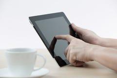 举行数字式片剂和业务报告的商人 免版税库存图片