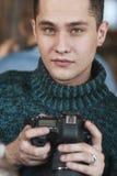 举行数字式的男性无固定职业的摄影师摄影师 免版税库存照片