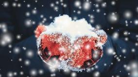 举行极少数雪特写镜头的红色手套的女孩在降雪期间 股票录像