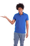 举行某事的一个年轻非裔美国人的人的画象 免版税库存图片
