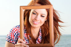 举行框架旅行概念的妇女 库存照片