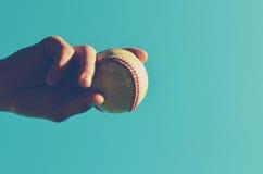 举行棒球的手 库存图片