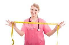 举行测量的磁带和微笑的夫人营养师 库存照片