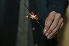 举行火光燃烧的手 免版税库存图片