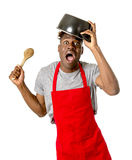 举行烹调的厨师围裙的年轻绝望和迷茫的黑人美国黑人的人在他的头的罐 库存图片