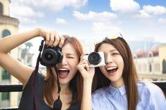 举行照相机和旅行概念的愉快的女孩 库存照片