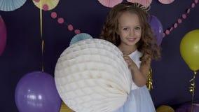 举行生日聚会的大白色气球概念小逗人喜爱的女孩画象  股票录像