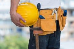 举行由建筑工人的安全帽特写镜头 库存照片