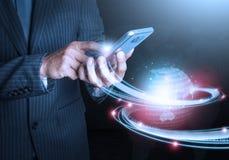 举行电话未来派连接技术的巧妙的手 库存照片