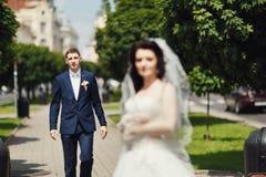 举行的婚礼夫妇在公园胡同 免版税库存照片