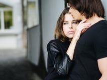 举行的年轻夫妇在城市 图库摄影