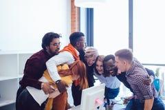 举行的Mixedrace起始的队在嫩容忍 免版税图库摄影